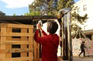 grapando la lona a la madera
