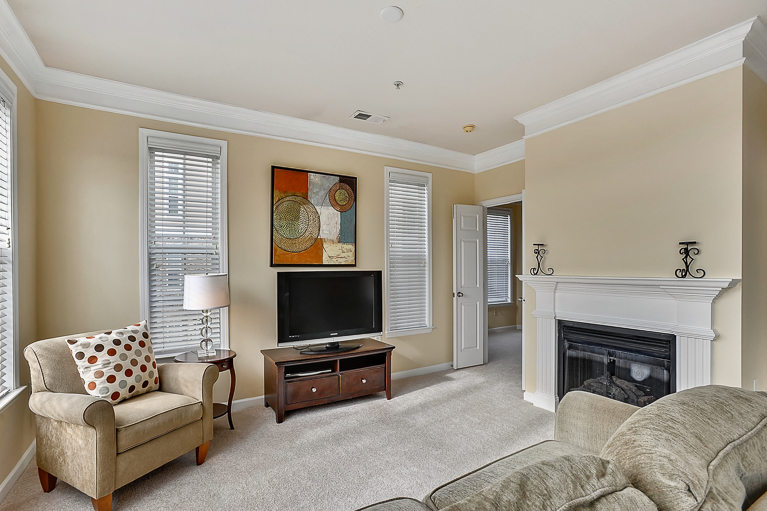 507 Sunset View  Ter. SE #203 ​Leesburg, VA - Living Room