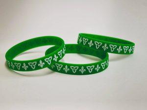 Bracelets verts avec trille et lys blancs