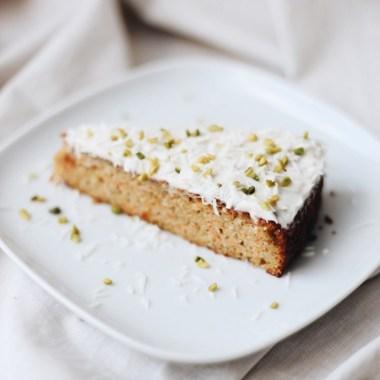 Leckere Möhrenkuchen mit Kokos-Frosting. Ein perfekter Kuchen für Menschen mit Morbus Crohn und Paleo-Liebhaber.