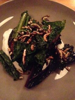 Chou noir, oignons grillés, yogourt maison, riz soufflé. Un plat réconfortant et harmonieux du Candide