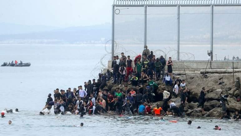 الداخلية الإسبانية تعلن إعادة 2700 مهاجر دخلوا سبتة المحتلة.. وسانشيز يصف المغرب بالبلد الصديق
