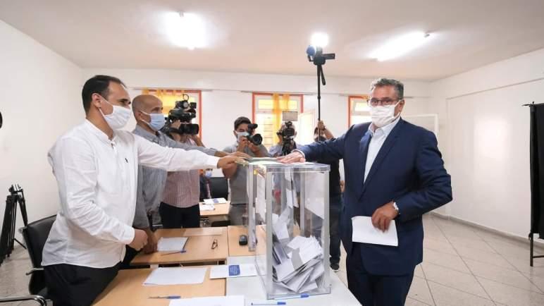 أخنوش يدلي بصوته رفقة زوجته مع انطلاق عملية الاقتراع بأكادير