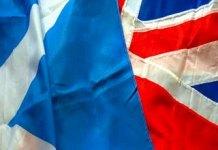 İskoçya ve Birleşik Krallık bayrakları