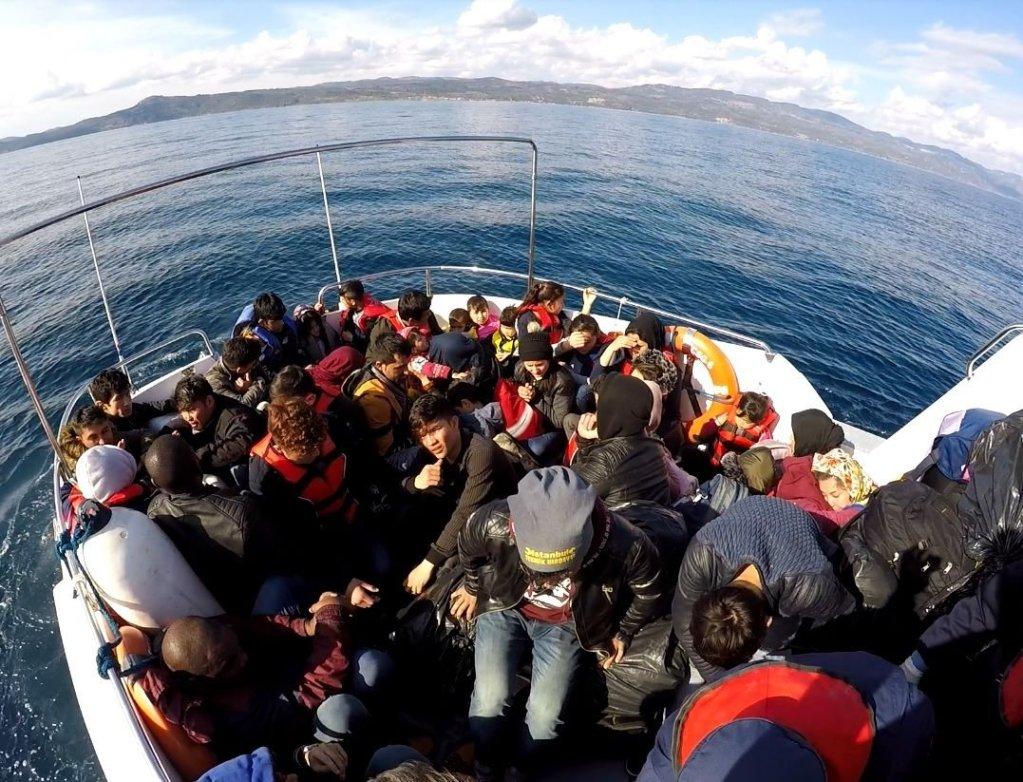 Yunanistan Sahil Güvenliği Mülteci botlarını delip Türk Kara Suları'na itiyor