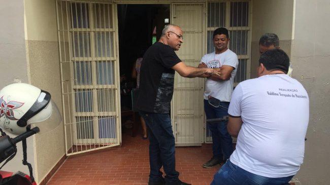 Secretário Orlando Bezerra dialoga com servidores da Educação, no rol de entrada da sede improvisada onde funciona a Câmara de Vereadores [04/12/19]