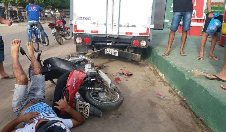 TARAUACÁ: Moto bate em caminhão parado e motorista é levado ao hospital