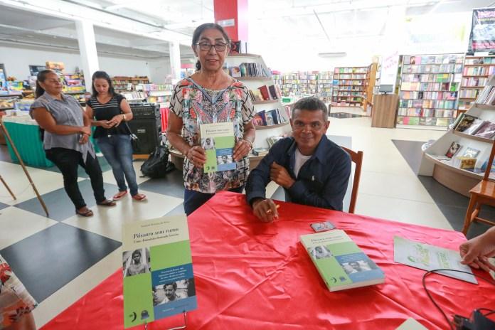 Testemunha da morte de Chico Mendes emociona ao lançar livro sobre história de vida