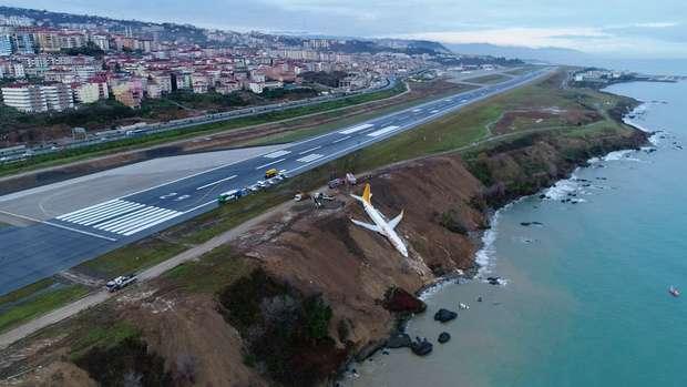 Avião derrapa durante pouso e quase cai no mar na Turquia