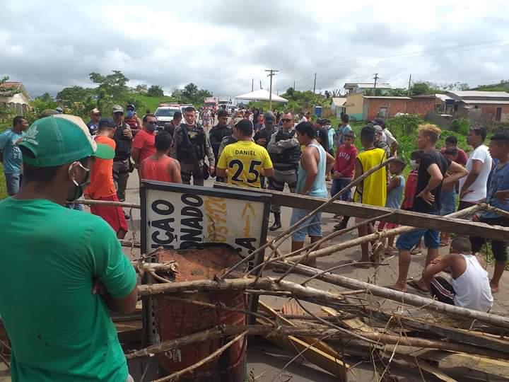 """VÍDEO: Em Tarauacá, PM """"quebra o pau"""" contra moradores que bloqueiam acesso ao município"""