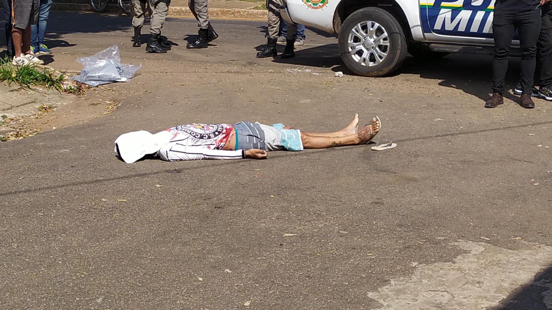 Homem é morto com um tiro nas costas quando caminhava em via pública no Bairro Vila Ivonete