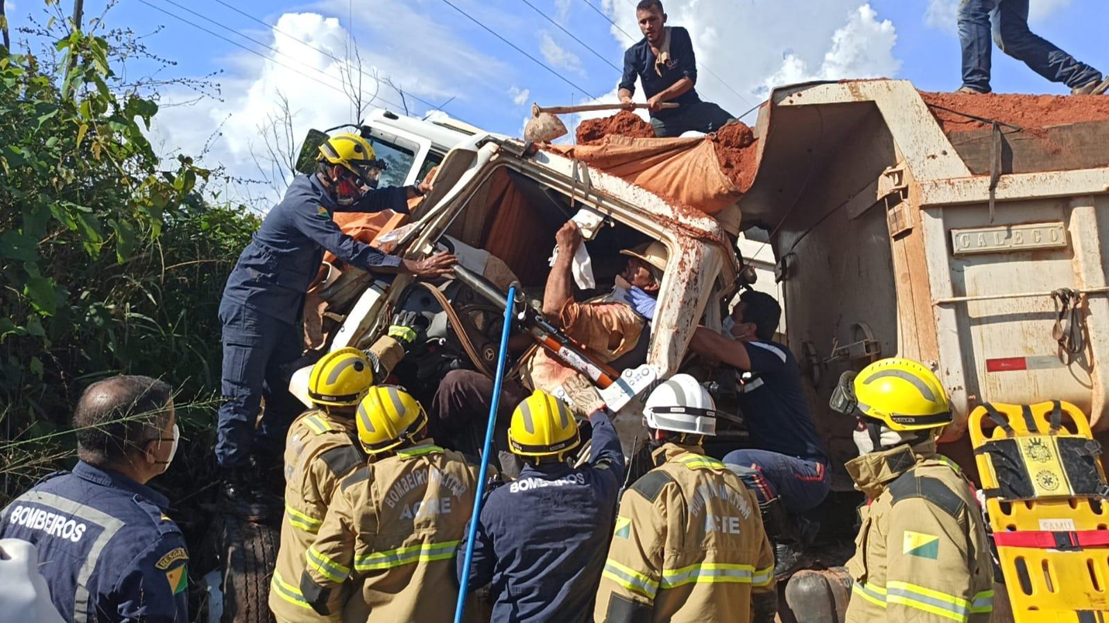 BR-364: colisão entre caçambas deixa motorista gravemente ferido
