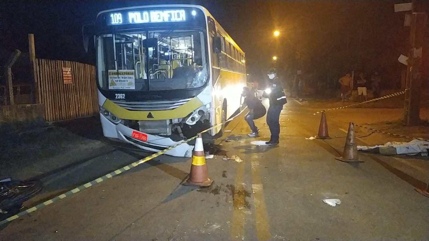 Homem perde controle da moto, colide de frente com ônibus e morre em Rio Branco