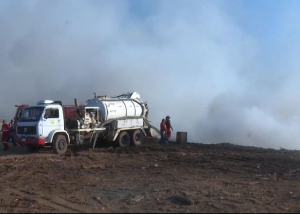 Após 24h, bombeiros ainda trabalham no combate a incêndio em aterro de resíduos sólidos em Rio Branco