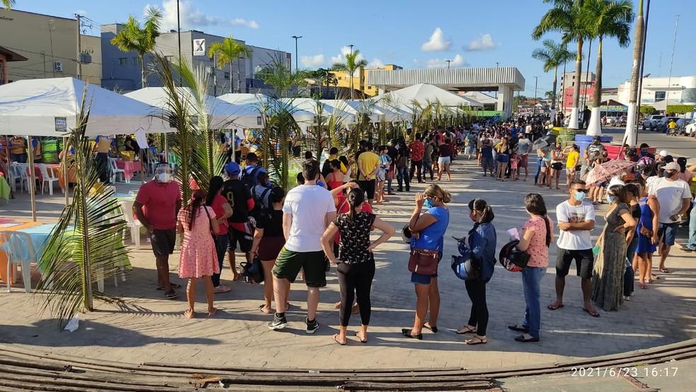 Em busca da 1ª dose contra a Covid-19, fila dá volta em praça de Cruzeiro do Sul, no Arraial da Vacinação
