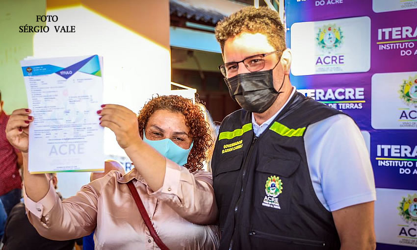 Gladson entrega mais 440 títulos definitivos aos moradores da Sobral em Rio Branco
