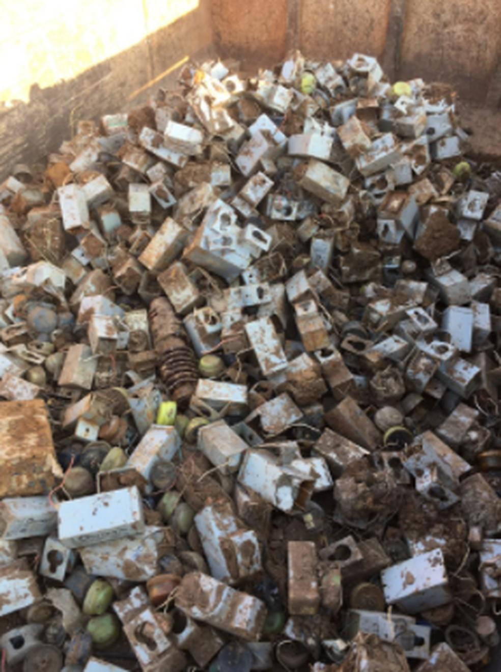 Polícia encontra lâmpadas e reatores enterrados de forma irregular em lixão de Rio Branco após buscas