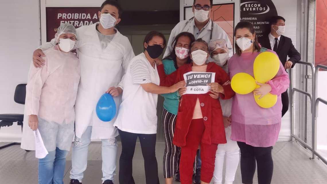 Emoção marca a saída de pacientes que venceram a Covid-19 no hospital de campanha
