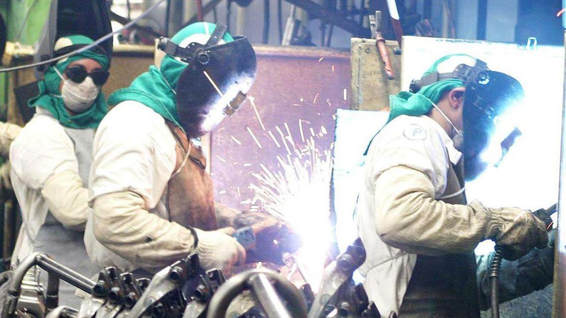Queda da atividade industrial tem novo recorde em abril, diz CNI