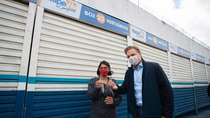 Igor Soares entrega chaves de quiosques no Centro para comerciantes