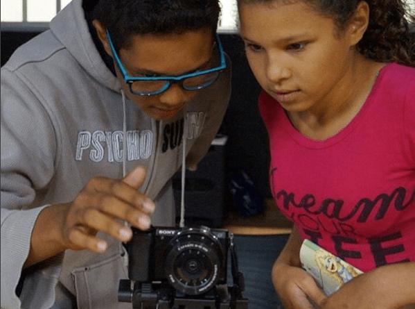 Jovens aprendem a lidar com equipamentos de última geração no projeto Câmera na Mão selecionado pelo Proac.