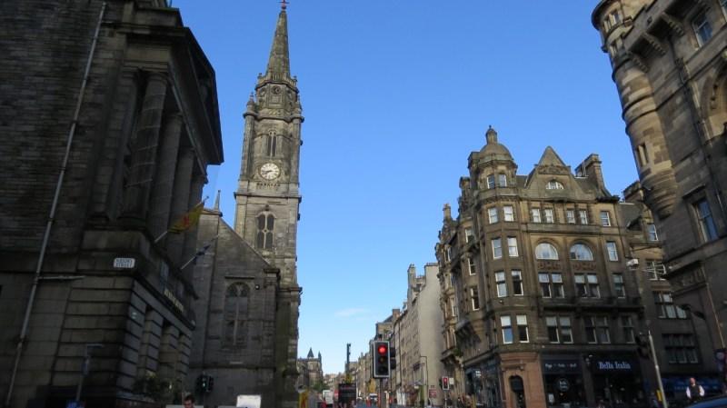 A principal via de Edimburgo, capital da Escócia, é a charmosa Royal Mile, uma rua com cerca de dois quilômetros que começa no imponente Castelo de Edimburgo