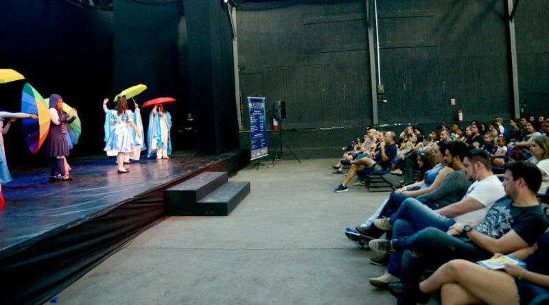 """O Festival de Teatro de Jundiaí (Festeju) estreia a sua segunda edição neste sábado no Teatro Polytheama, com a peça """"A Caravana dos Pássaros Errantes""""."""