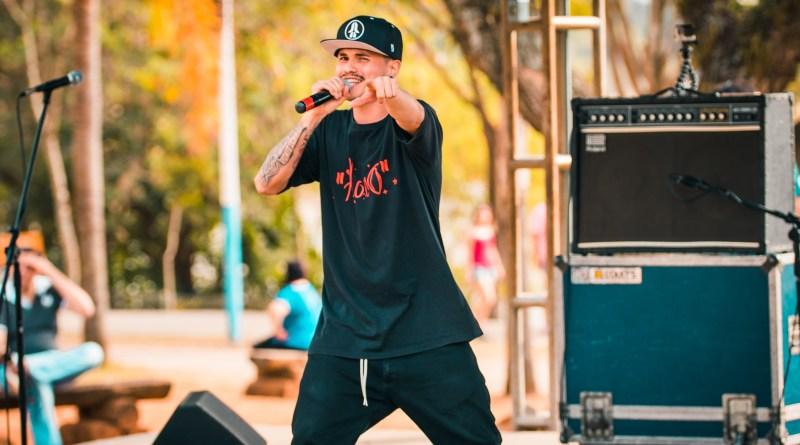 Floco traz ao seu Rap um pouco de Rock e aquela pitada de Ragga, com muita energia e positividade