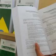 Foto ilustrativa de exemplar da Constituição
