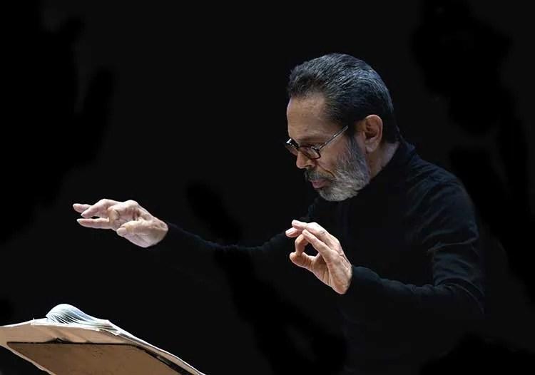Leo Brouwer conducting