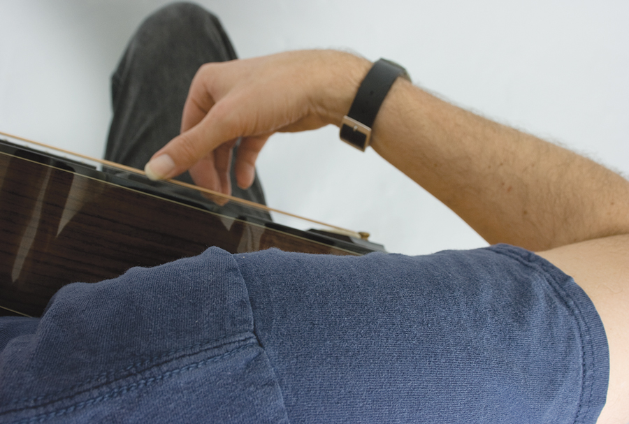 how to get good acoustic guitar tone, arched wrist