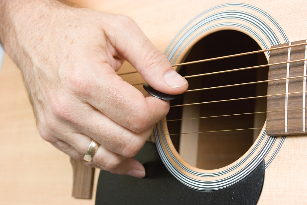 pinky bracing, how to get good acoustic guitar tone
