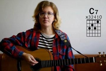 Kate Koenig teaching how to play to C7 guitar chord