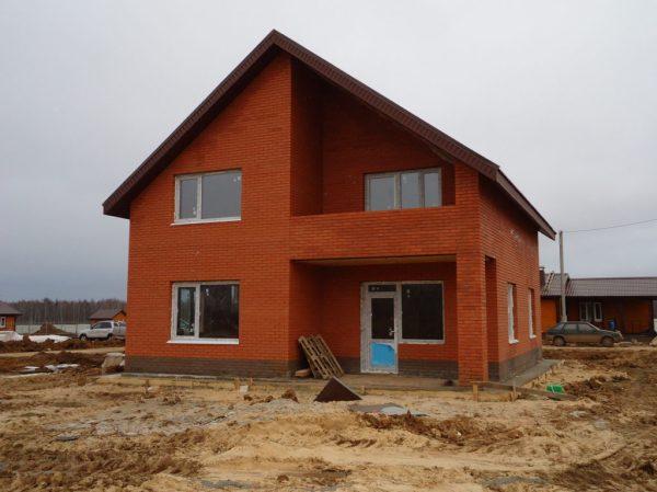 Фото построенного дома с облицовкой красным кирпичом ...