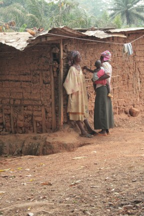 Chiacchiere tra donne (foto Livia Trigona)