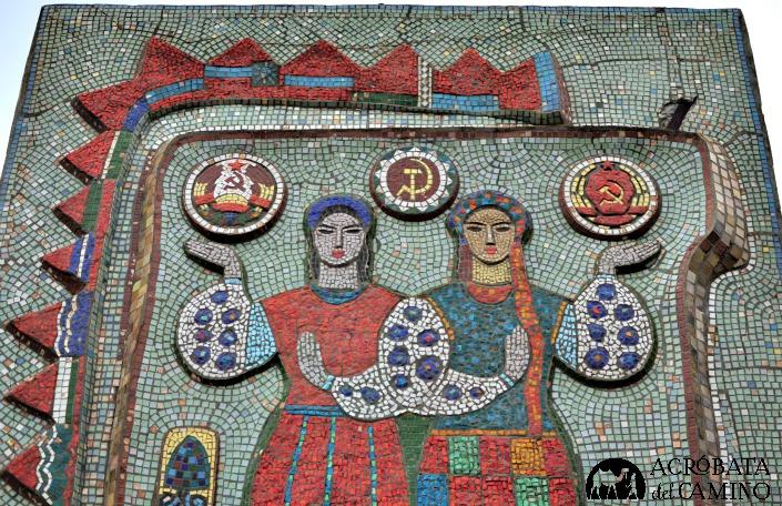 Mosaico soviético en la entrada a una aldea.
