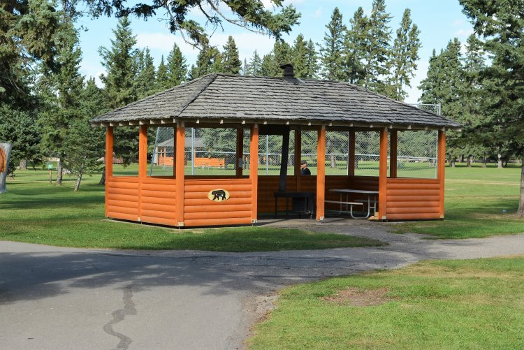 picnic-shelter-in-park-downtown-waskesiu