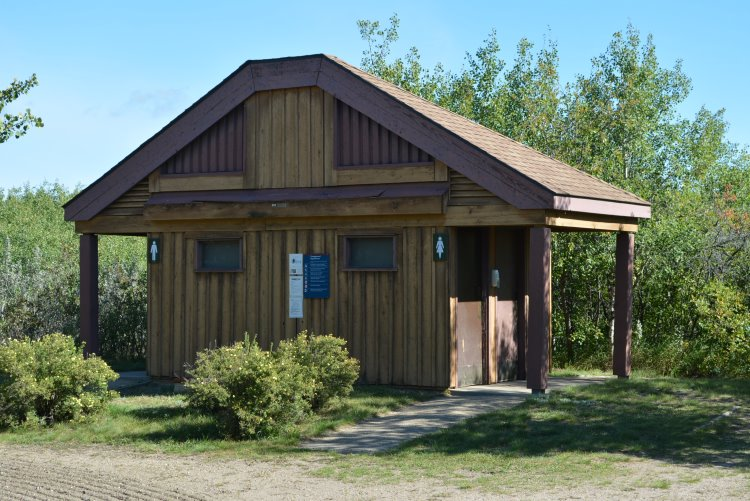 pit-toilet-hut-at-dilberry-lake-pp