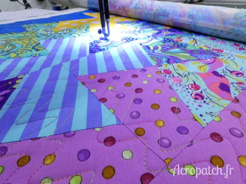 Acropatch-Panneau mural-Twisting_pinwheels-Motif-Quilting-Splash-fil-multicolore-en cours de quiltage