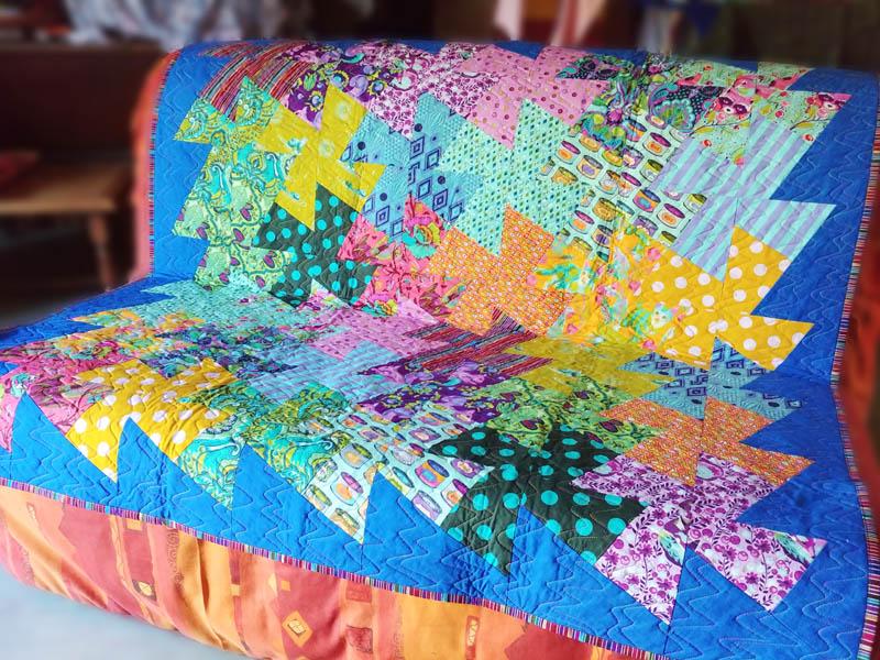 Acropatch-Panneau mural-Twisting_pinwheels-Motif-Quilting-Splash-fil-multicolore-sur un BZ