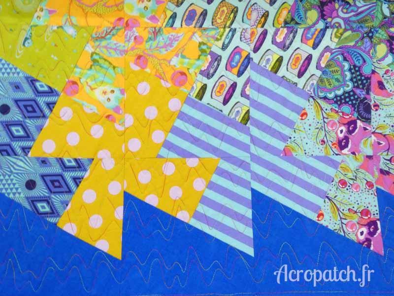 Acropatch-Panneau mural-Twisting_pinwheels-Motif-Quilting-Splash-fil-multicolore-blocs après le quiltage