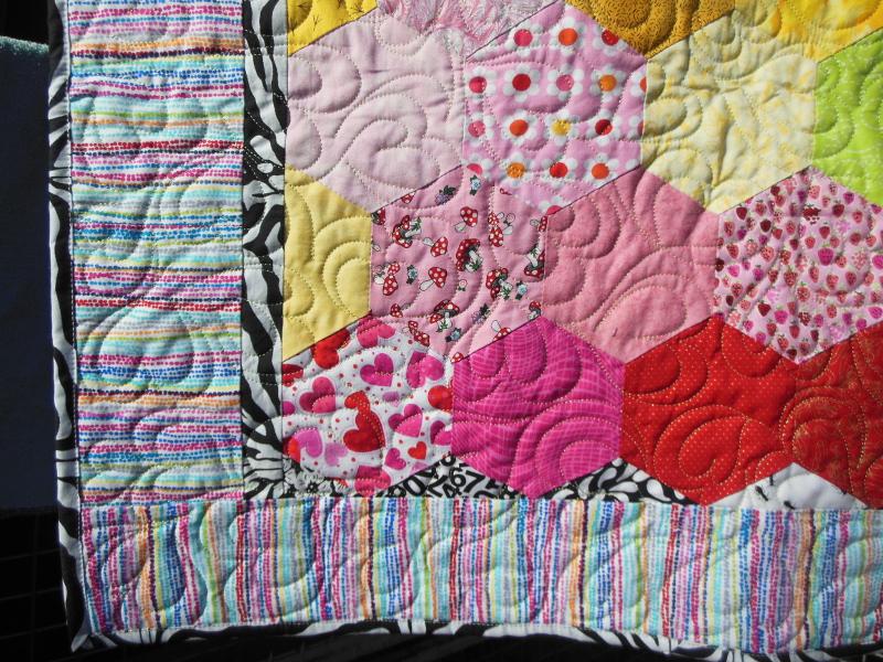 Acropatch-Motif-Matelassage-COEUR-couvre_lit-hexagonal_2 -détails-quiltage-fil-uni-jaune