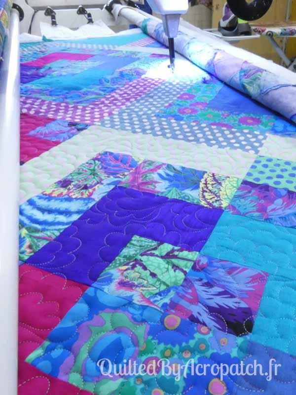 Pied-de-lit-Motif-Quilting-NUAGE-fil-multicolore-en cours de matelassage
