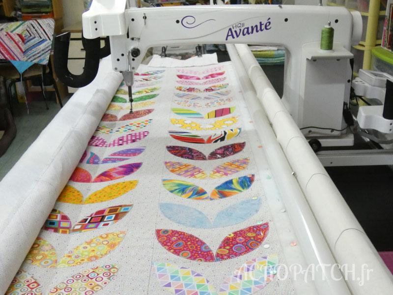 Acropatch-Panneau-mural-Motifs-Quilting-Cascade-Goutte à goutte-Feuillage-fil-dégradé-vert-sur la machine portion avant le quilting