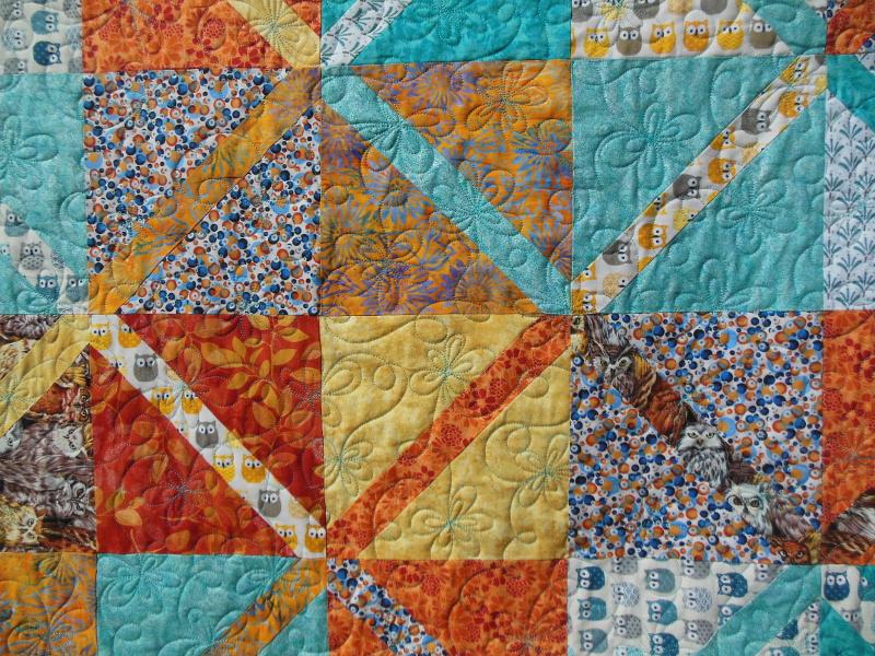 """Plaid-""""Diagonales""""-Motif-Quilting-DAISY-fil-uni-bleu-détails de plusieurs blocs et du quiltage"""