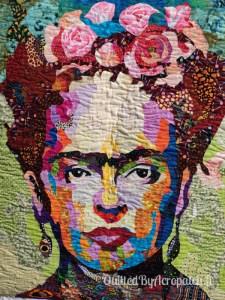 Tableau-Textile-Portrait-Frida-Kalho-Motif-Quilting-Vague-fil-transparent-détails