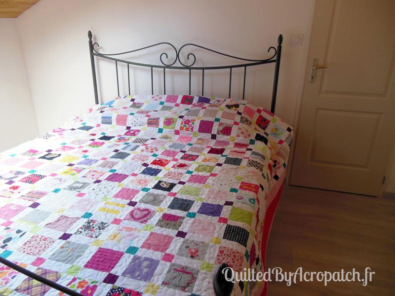 Couvre-lit-Motif-Quilting-Puzzle-fil-dégradé-rose-sur un lit