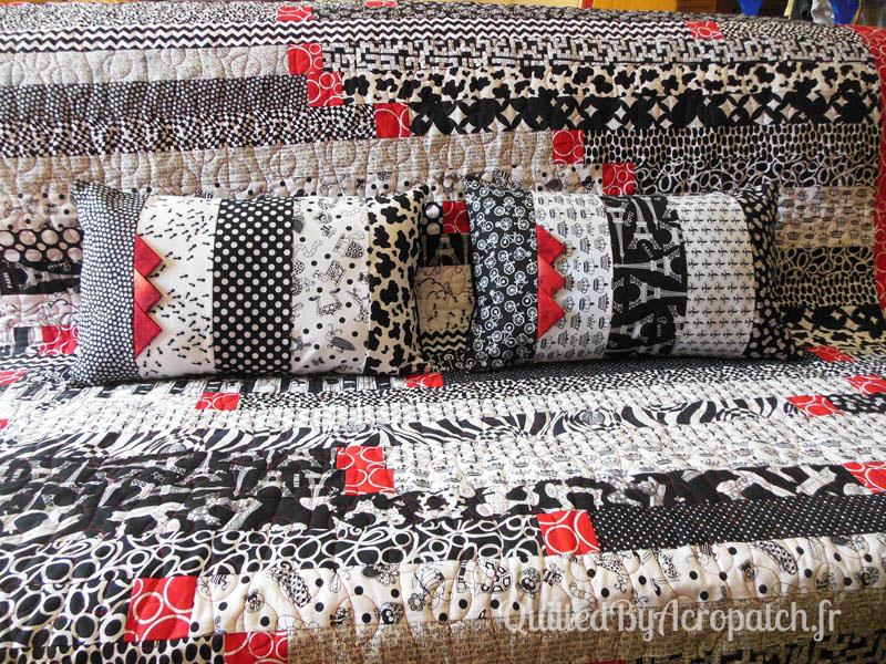 Acropatch-Plaid-Motif-Quilting-BALLON-fil-uni-rouge-avec ses coussins assortis