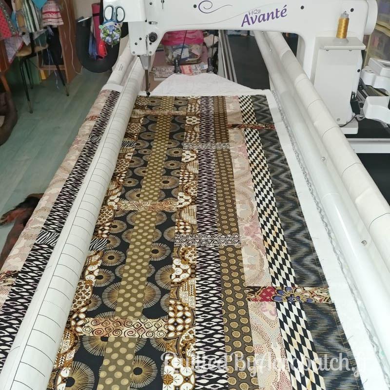 Centre-de-table-Motif-Quilting-Flamme-Tissu-aborigène-Fil-uni-doré-114x61cm-Bâti sur la machine