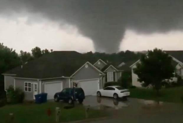 Un tornado tocó tierra el miércoles por la noche en Jefferson City, causando graves daños en la capital de Missouri en una noche de mal tiempo que dejó tres muertos y muchas personas atrapadas en sus casas, informó el Servicio Meteorológico de Estados Unidos.